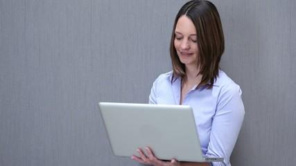 lächelnde arbeitet am laptop