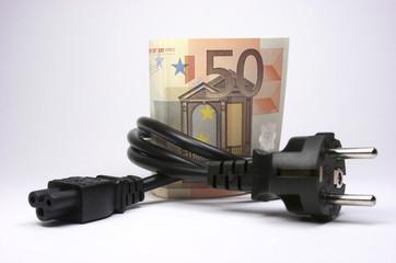 Billetes de euro enrollados con un enchufe