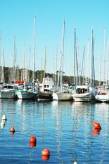 Barche a vela e boe nel porto di St. Tropez, Francia