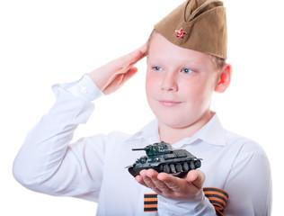 Мальчик держит в руках пластилиновую модель танка