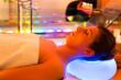 Frau bei einer Behandlung in Spa mit Farbtherapie