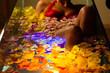 Frau badet in Spa mit Farbtherapie