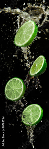 Foto op Canvas Opspattend water limes with water splash