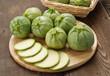 Zucchine tonde su tagliere di legno