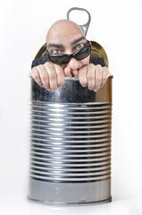 Saliendo de una lata de conservas.