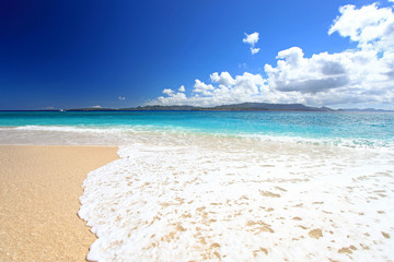 美しいビーチに打ち寄せる真っ白い波と紺碧の空
