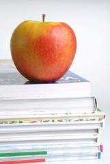Apfel und Bücher