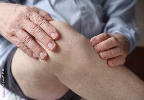 man experiencing sore knee