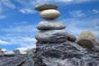 pyramide de galets sur fond de ciel bleu