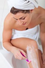 Haarentfernung - Frau rasiert ihre Beine