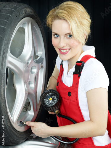 Apprentice learns to check air pressure of a summer tire