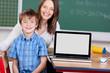 schulkind und lehrerin mit laptop