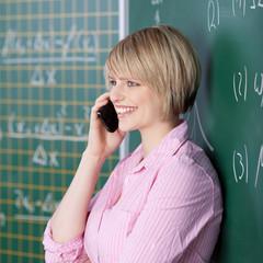 studentin telefoniert mit handy