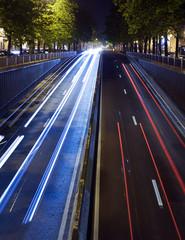 Luce de tráfico nocturno en la ciudad