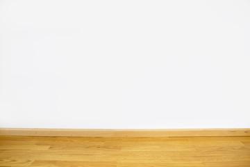 Eichenparkett mit grau gestrichener Wand