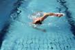 Mann schwimmt im Hallenbad