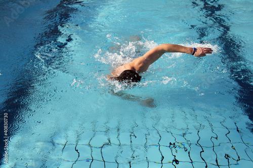 Leinwanddruck Bild Mann schwimmt im Hallenbad