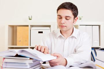 Student lernt am Schreibtisch