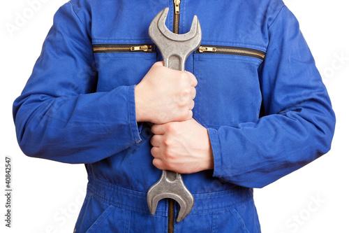 Hände halten Maulschlüssel