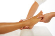 Therapeutin behandelt Fuss einer jungen Frau horizontal