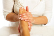 sanfte fussmassage in physiotherapie durch Therapeutin