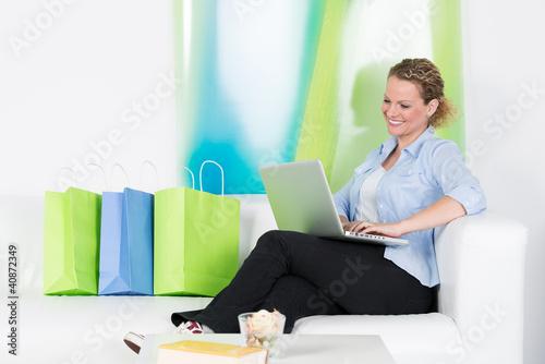 glückliche frau shoppt im internet