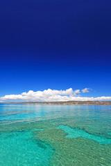 コマカ島の透明なサンゴの海と紺碧の空