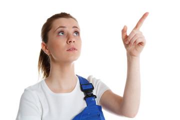 handwerkerin zeigt hinweisend mit dem finger hoch