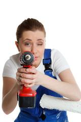 junge handwerkerin nimmt augenmaß