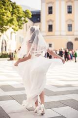 Braut tanzt vor der Kirche