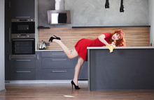 Funny gospodyni jest sprzątanie kuchni