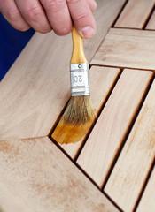 Abgeschliffenen Holztisch anstreichen