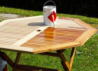 Holztisch wird mit Halböl behandelt