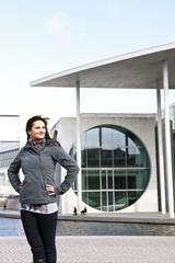 Frau vor dem Marie-Elisabeth-Lüders-Haus