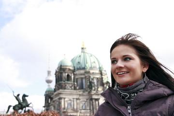 junge Frau steht vor dem Berliner Dom