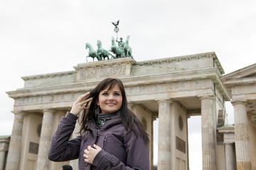 junge Frau vor dem Brandenburger Tor