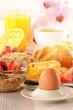 Detaily fotografie snídaně s kávou, rohlíky, vejce, pomerančový džus a müsli