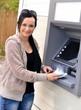 Belle femme à l'aide ATM