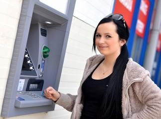 femme avec ATM