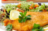 Cotoletta di pollo con verdure , close-up
