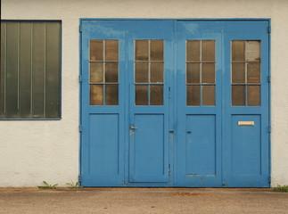 Blaues Eingangstor