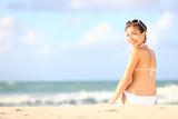 rekreační žena sedící na pláži