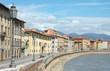 Fiume Arno da un ponte con lampione in primo piano a Pisa