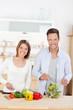 junges paar kocht in der küche