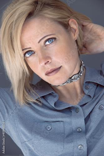 blonde aux yeux bleus photo libre de droits sur la banque d 39 images image 40949378. Black Bedroom Furniture Sets. Home Design Ideas