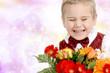 Junge freut sich über die Blumen