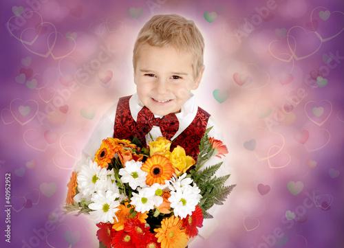 Kleiner blonder Junge mit Blumenstrauß