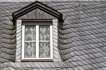 Altes Schieferdach mit Fenster