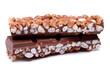 Detaily fotografie zblízka čokolády s burizony baru na bílém pozadí