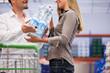 Junges Paar geht zusammen einkaufen im Supermarkt